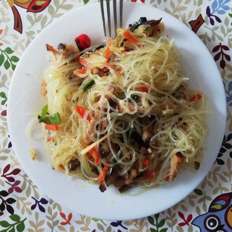 Noodles cu mușchi de porc și legume