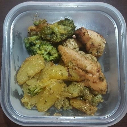 Pui la cuptor cu cartofi si brocoli