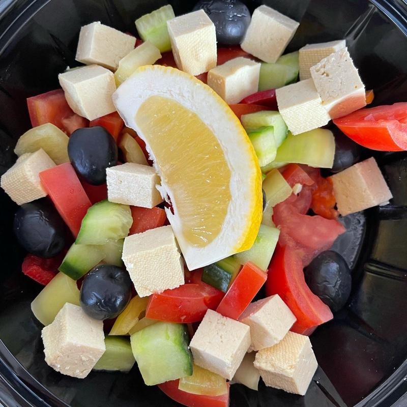 Salata cu tofu și legume de vara