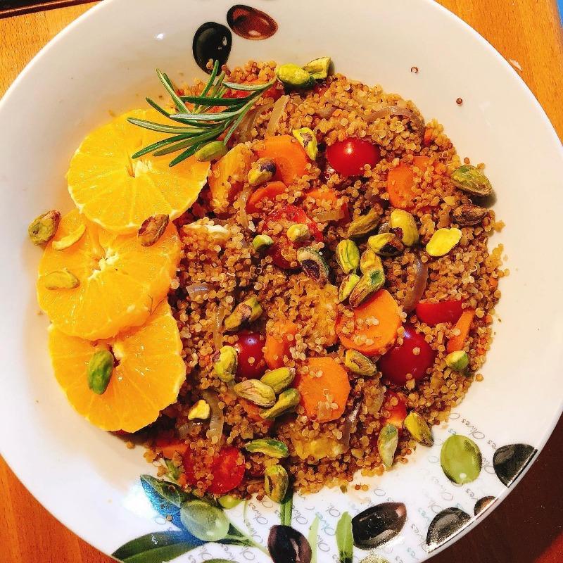 Salata calda cu morcovi si quinoa