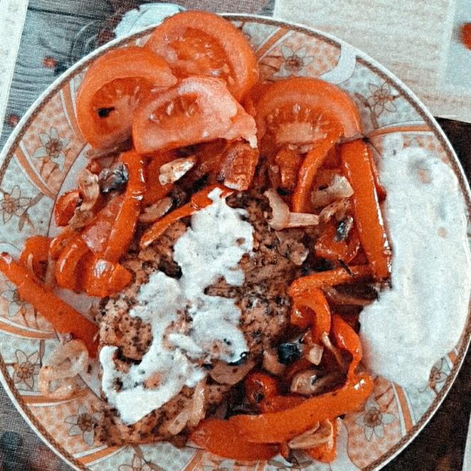 Piept de pui cu legume la cuptor și mujdei
