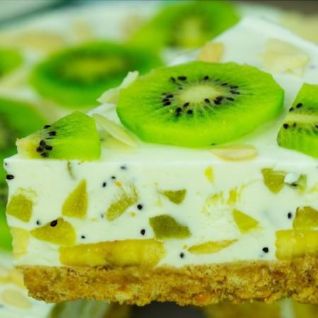 Tort de iaurt cu kiwi și banane