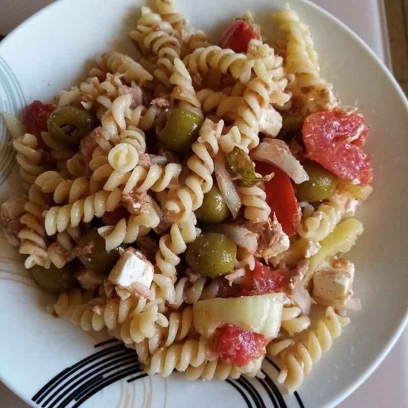 Salata cu paste, ton si legume