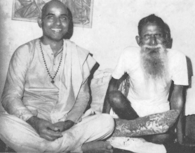 Poojya Swamiji along with his Gurudev, Baba Gangadhara Paramahamsa